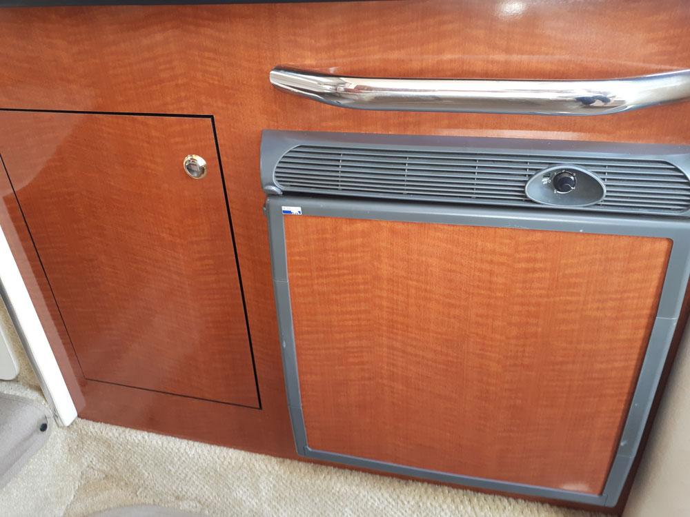 Refrigerator and cupboard of Sea Ray 315 / Nevera y armario del Sea Ray 315