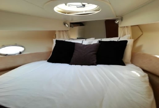Double bed in cabin / Cama doble en camarote