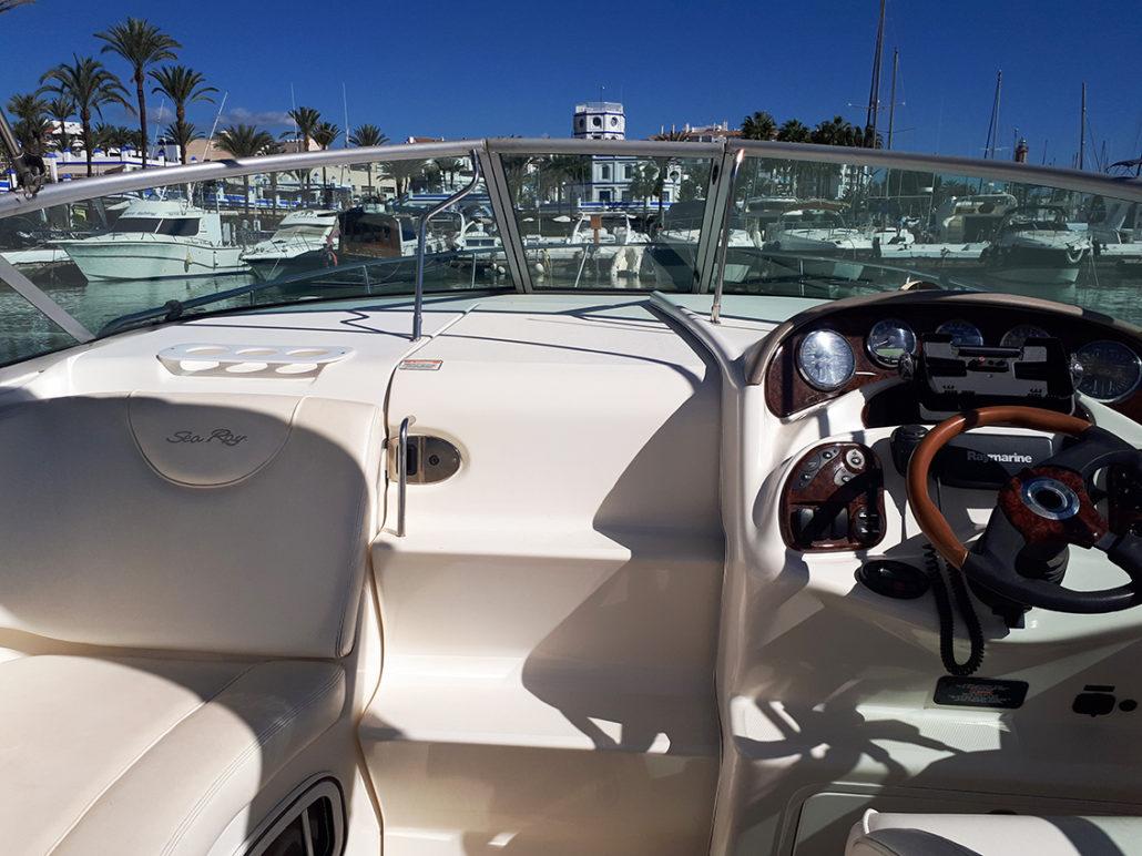 Wheelhouse and bow ladder of the Sea Ray 315 / Timonera y escalera de proa del Sea Ray 315