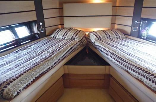 Cabin with two beds / Camarote con dos camas