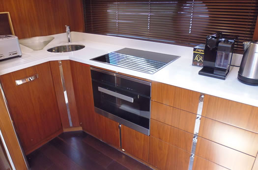 Kitchen of the Sunseeker 68 Sport Yacht /Cocina del Sunseeker 68 Sport Yacht