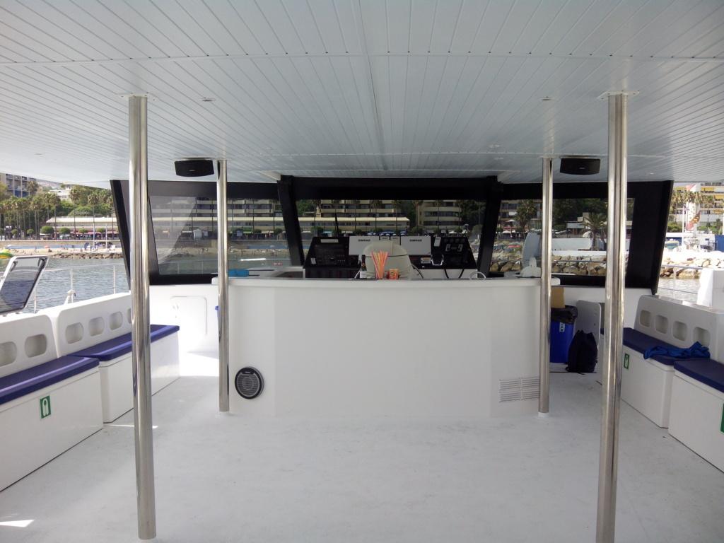 Catamaran seating area / Zona de estar del catamaran