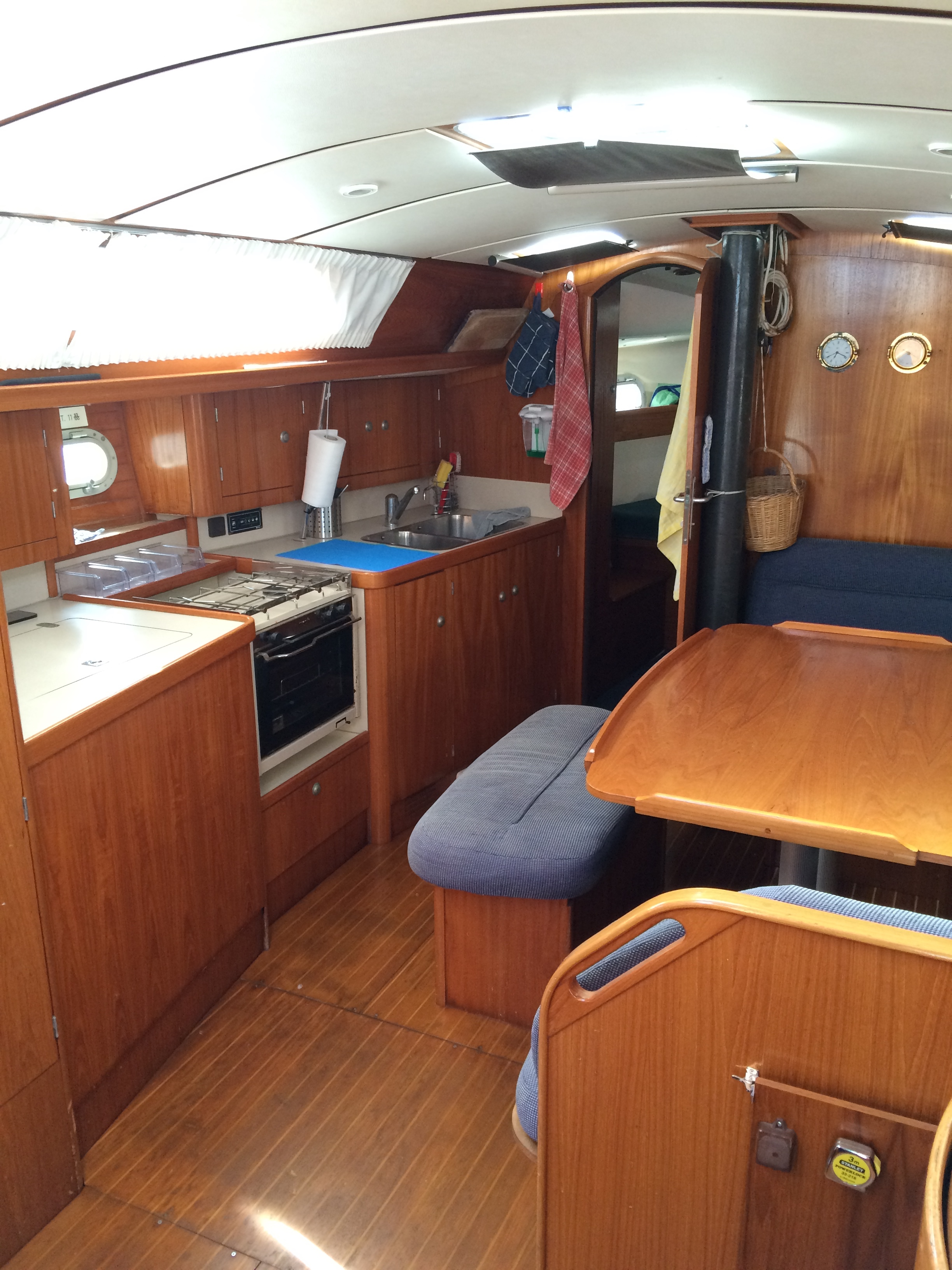 Kitchen and lounge of the Sun Odyssey 37.1 / Cocina y salon del Sun Odyssey 37.1