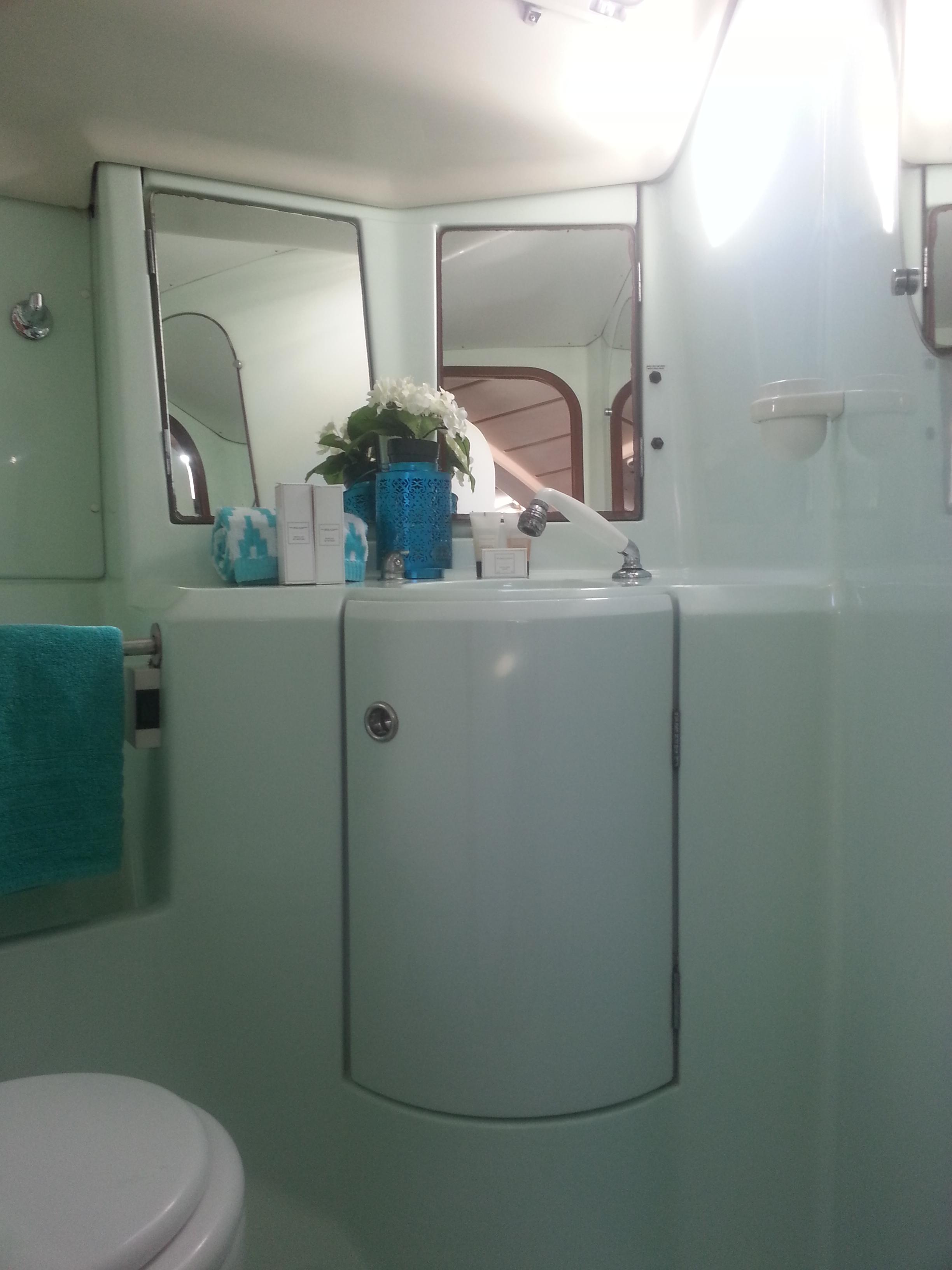 Toilet of the Oceanis 351 / Aseo del Oceanis 351