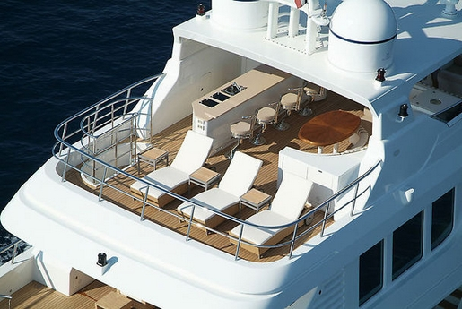 Terrace with individual sun loungers /  Terraza con tumbonas individuales
