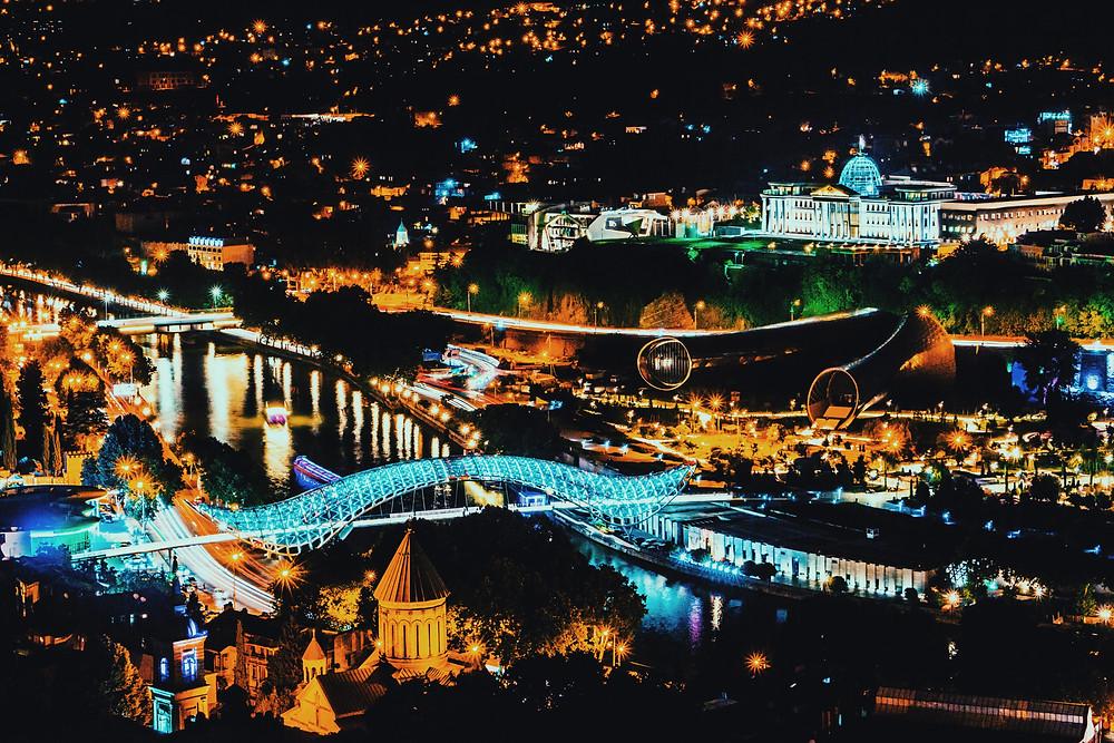 אורות העיר העתיקה בלילה. צילום ממצודת נאריקלה