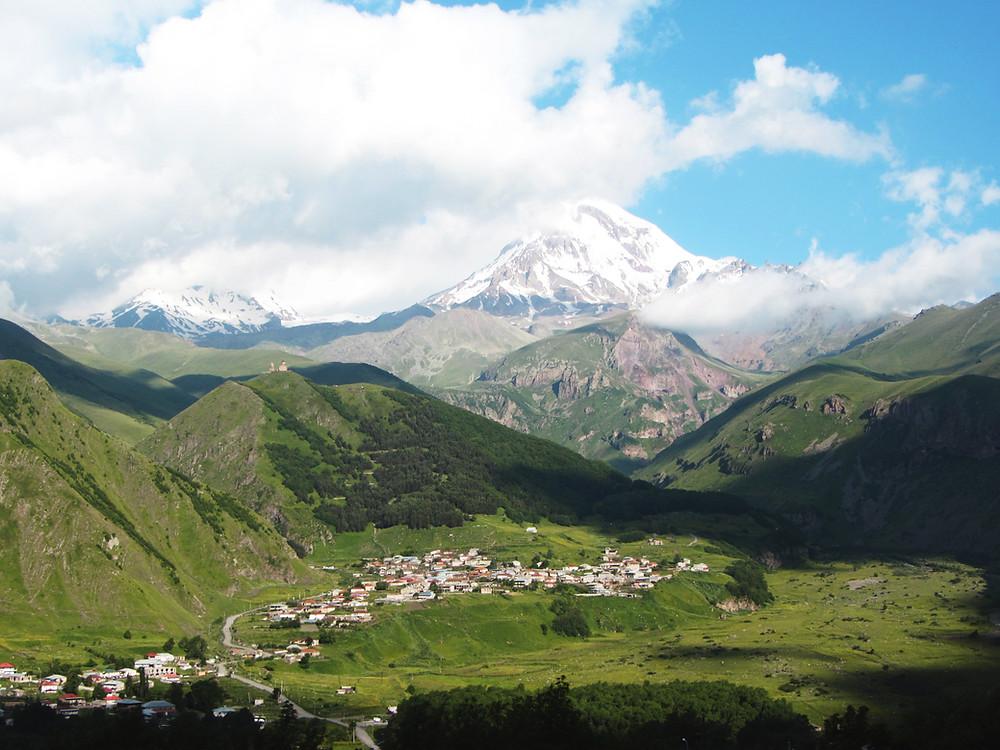העיירה סטפנצמינדה (קזבגי) וברקע הר קזבק (5047 מ')