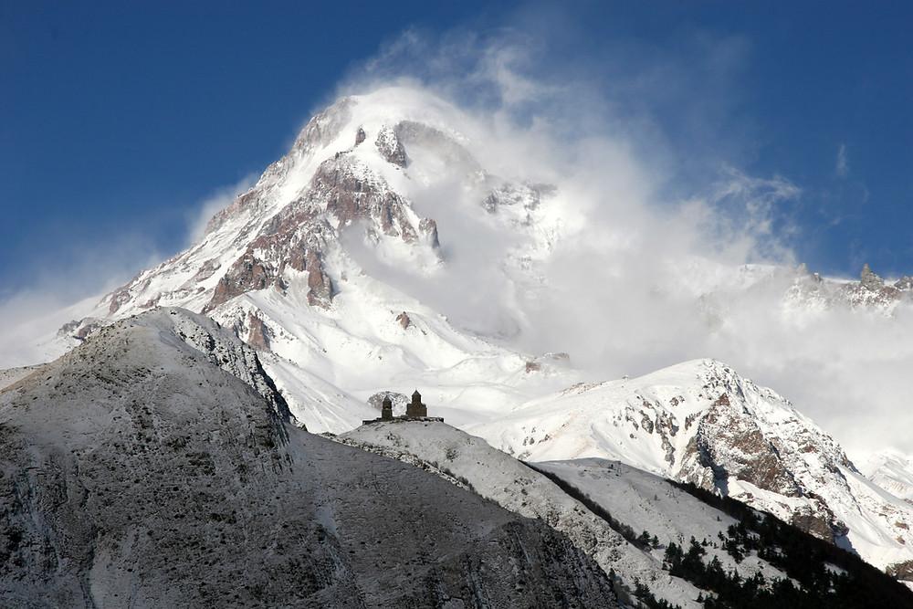 כנסיית השילוש הקדוש על רגע פסגת הר קזבק