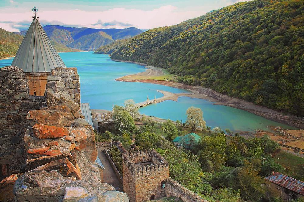 מצודת אננורי על רקע מאגר ז'ינולי