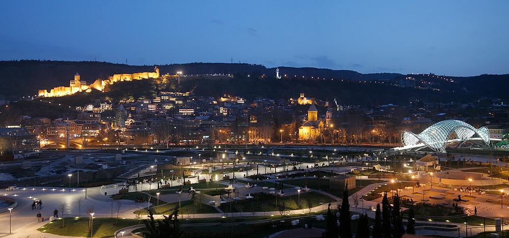 העיר העתיקה בלילה, ברקע: גשר השלום ומצודת נאריקלה