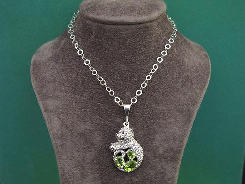 Bear pendant in silver + peridot
