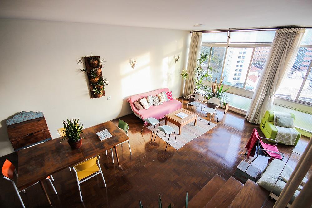 fotografia de duplex - vista da sala à partir da escada