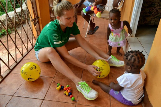 volunteer-plays-ball-with-children.800.j