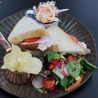 Honey roast ham & tomato sandwich