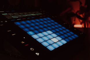Midi%20controller%20with%20blue%20pads%2