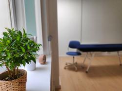 Salle de consultation du praticien en hypnose et ostéopathie émotionnelle