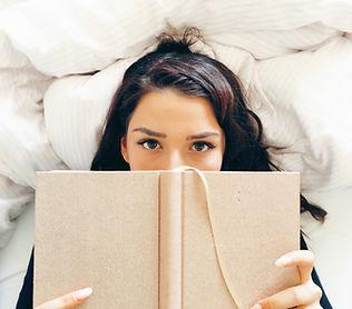 Dziewczyna czytająca na łóżku
