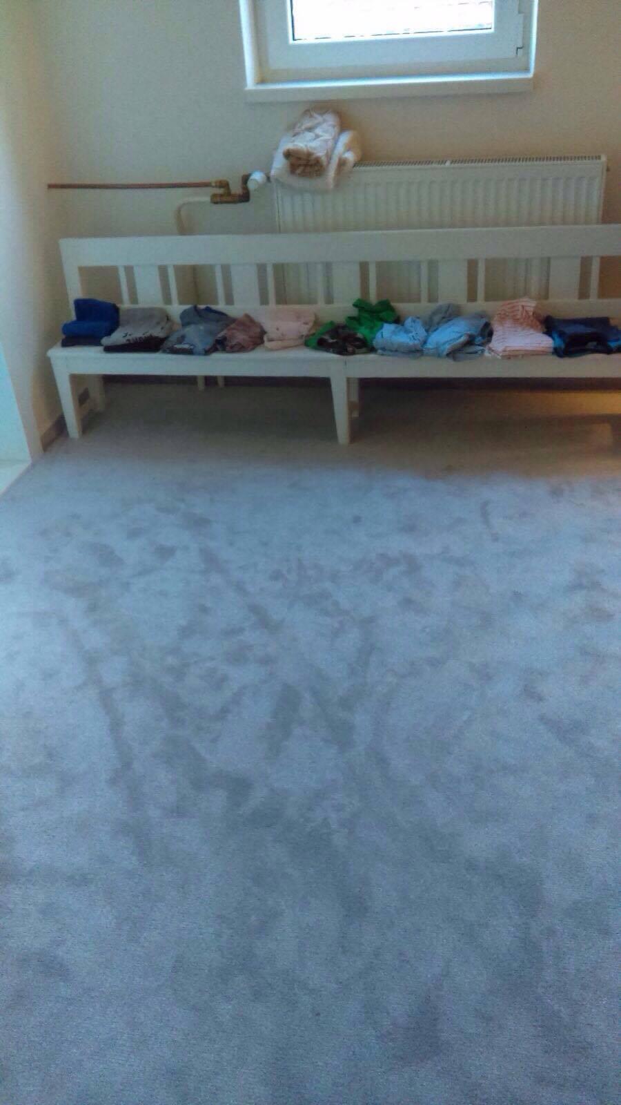 Remont pokoju dla przebierania - nowy dywan i zremontowana już historyczna ławeczka