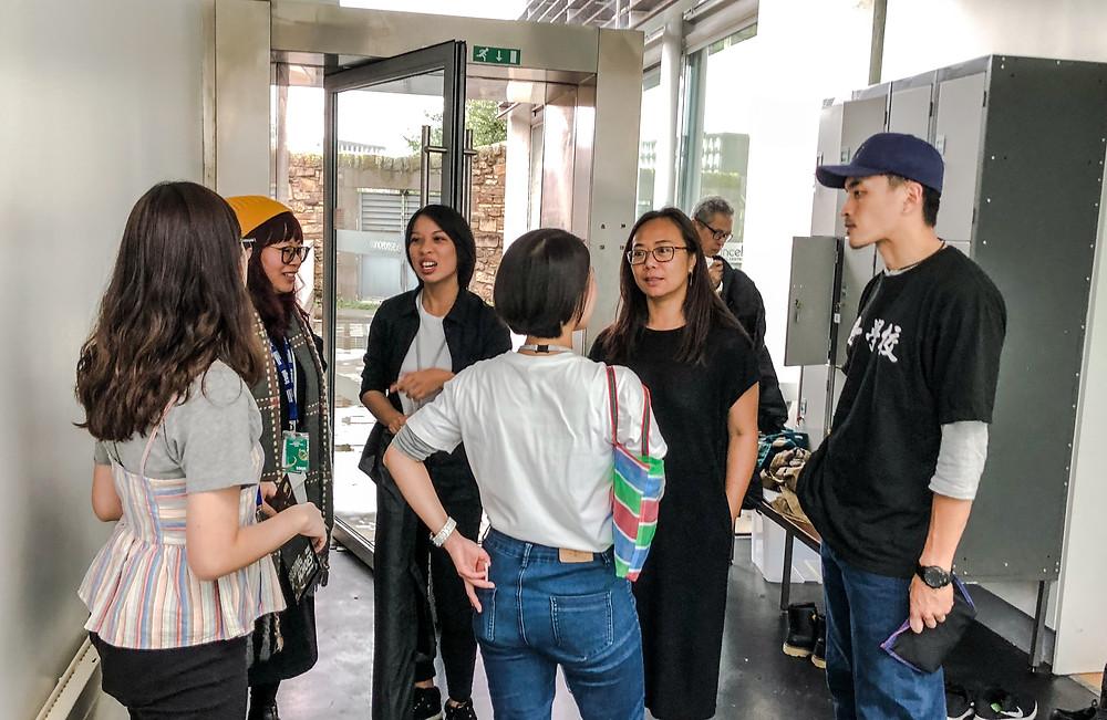 「台灣季」總製作人葉紀紋(右二)正向長弓舞蹈劇場代表了解演出情況。