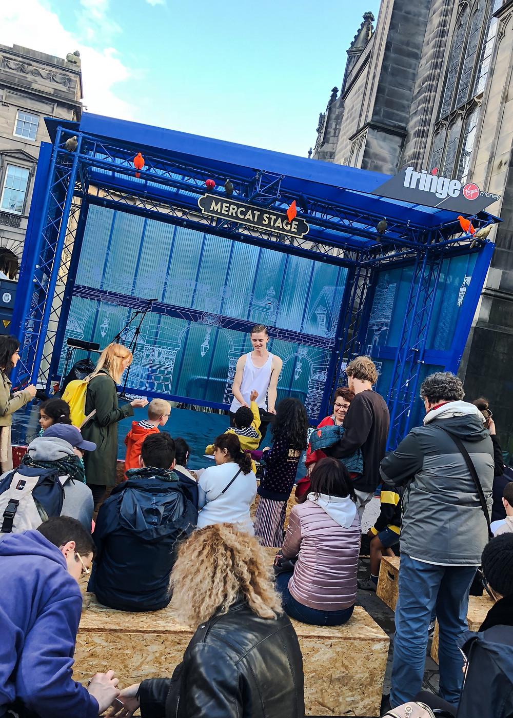 演出過後,觀眾紛紛以實際行動支持街頭藝人。Yu Chin Ho Brian攝