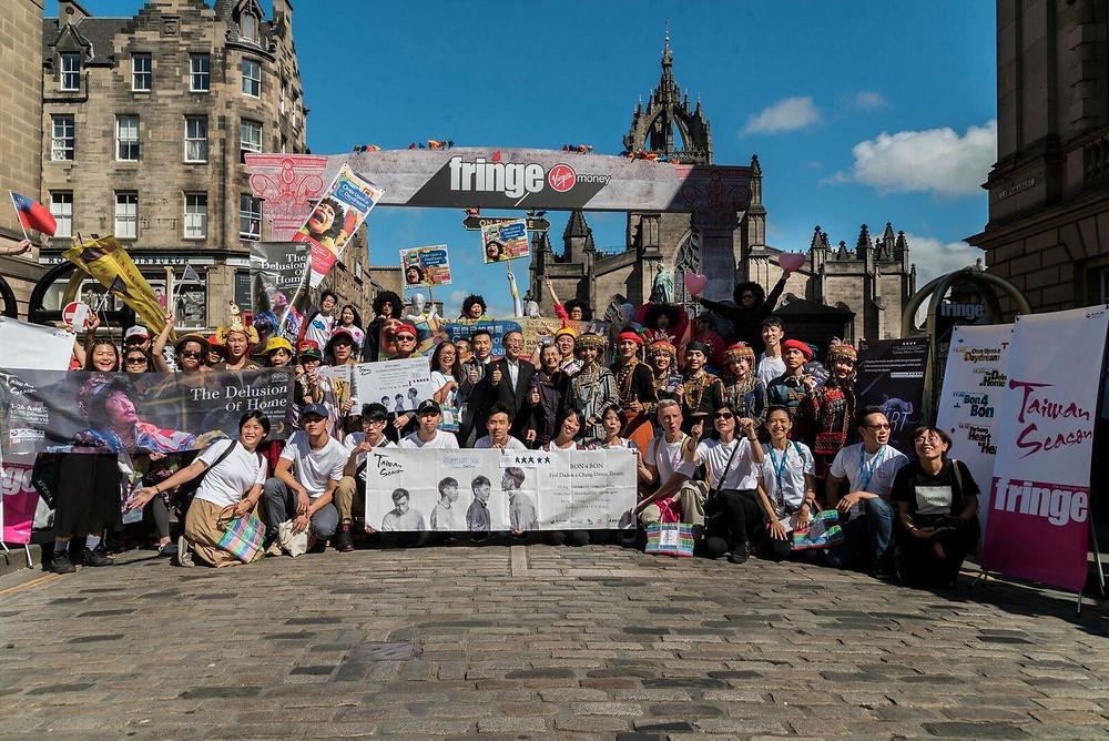 「台灣季」團隊走到愛丁堡街上宣傳節目,聲勢浩大。