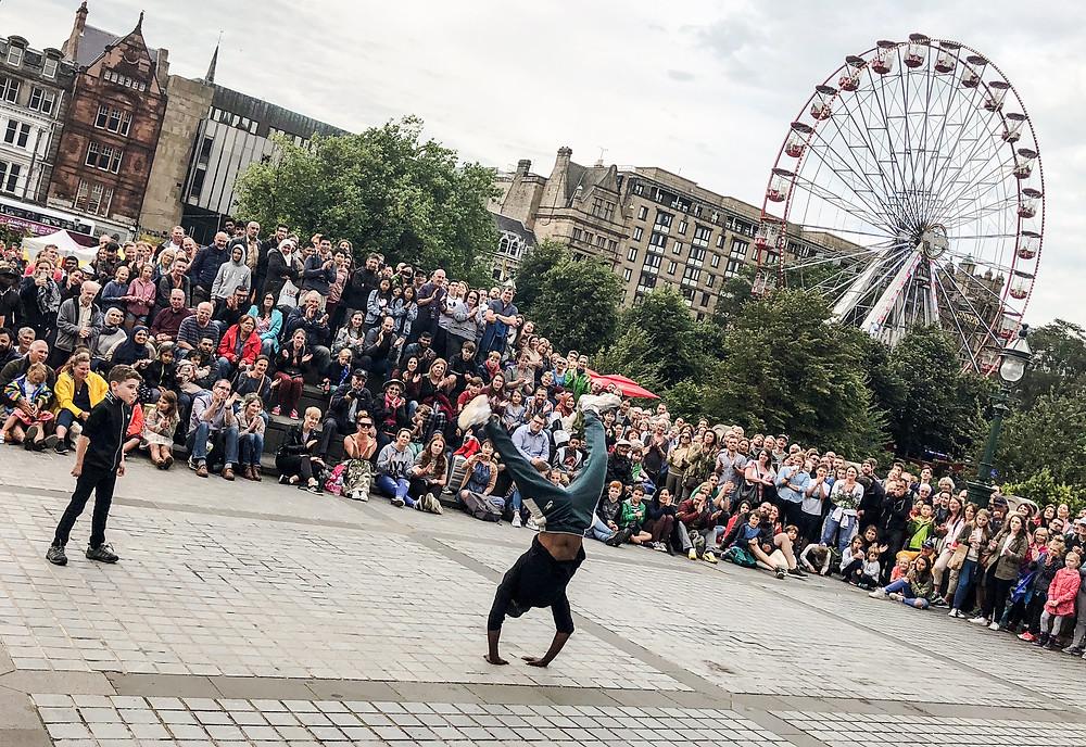 購票演出之外,大量藝人亦會於愛丁堡街頭獻技,極之熱鬧。Yu Chin Ho Brian攝