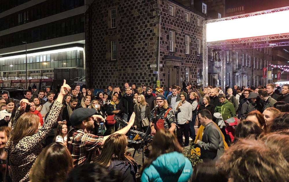 愛丁堡藝穗節節目由早到晚分途上演,晚上時段仍然人頭湧湧。