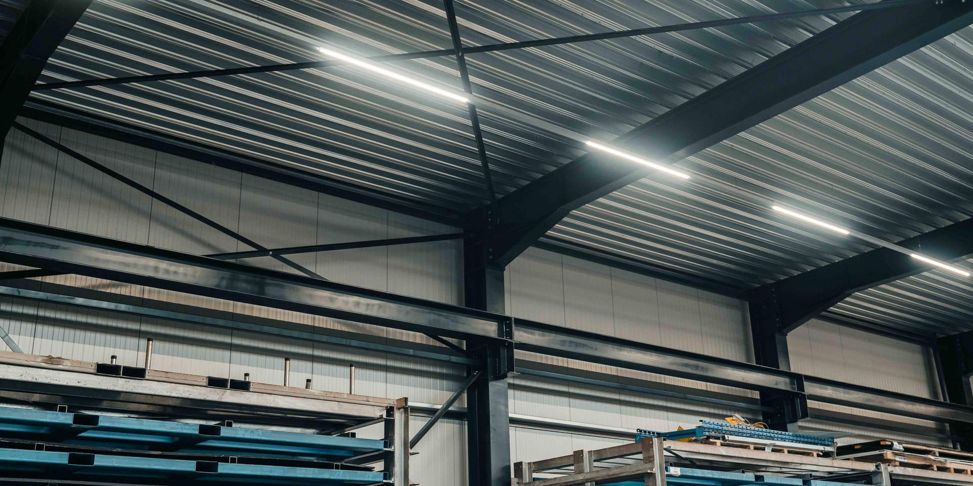 Stahlhalle, Fachwerkträger, Werkstatt New Laser, Flachdach Tragschalen, PIR Wandpaneele Sandwichplatten, Lichfirst Tageslicht, Sektionaltore