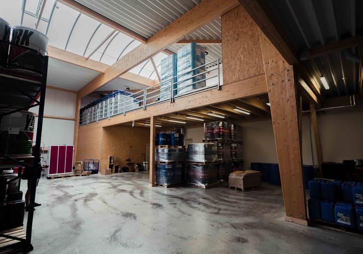 Holzhallenbau, Gewerbehalle, Balkenlage, Flachdach, Sandwichplatten, Vollholzbinder, lichtfirst, Rodeca, Innenausbau Büro