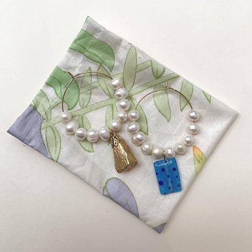 Créoles ornées de perles d'eau douce et millefiori bleu   Gigi-Antoinette