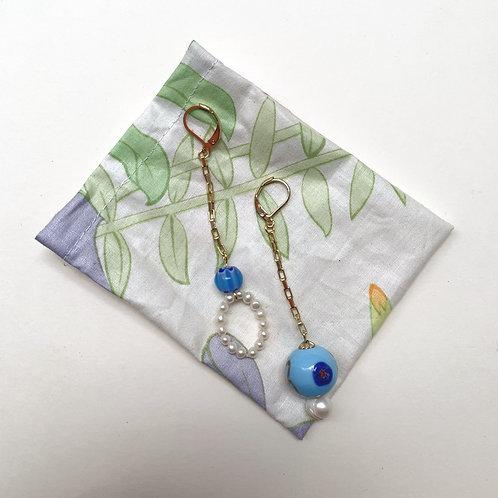 Dormeuses cernées de perles bleues et nacre   Gigi-Antoinette