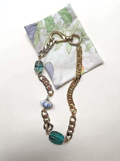 Collier plaqué or, perles vertes et porcelaine bleue   Gigi-Antoinette