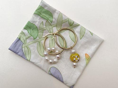 Créoles cernées d'un cercle de perles nacrées et perle jaune | Gigi-Antoinette