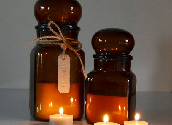 Set van 2 kaarsen in vintage apothekerspotten
