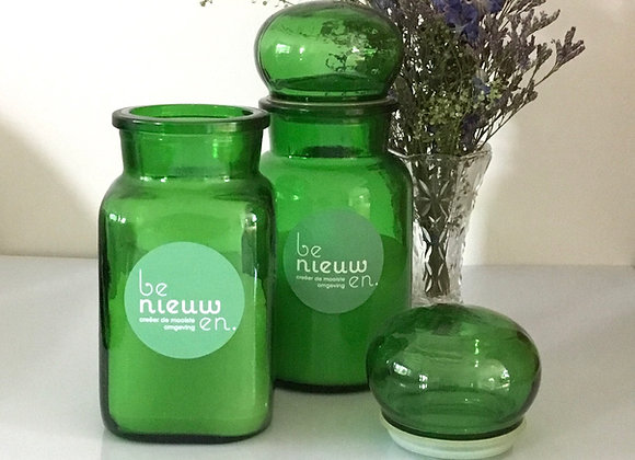Kaarsen in groene vintage apothekerspotten