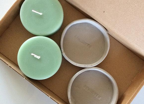 Set van 2 platte stompkaarsen met betonlook onderzetters mint groen