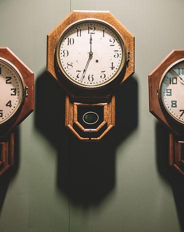 Relógios na parede