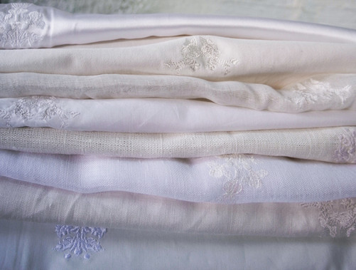 White on white; tablecloths with embroidery motifs