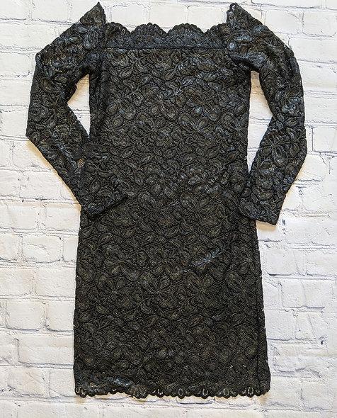 Robe noire en dentelle brillante small