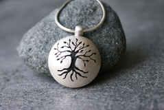 Amulett Baum-Sägearbeit