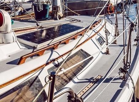 Tout savoir pour bien choisir et installer des panneaux solaires sur son bateau