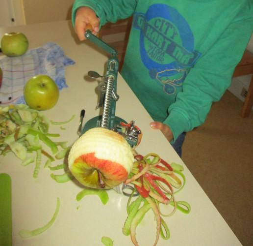 Äpfel_schälen_für_den_Apfelmus.JPG