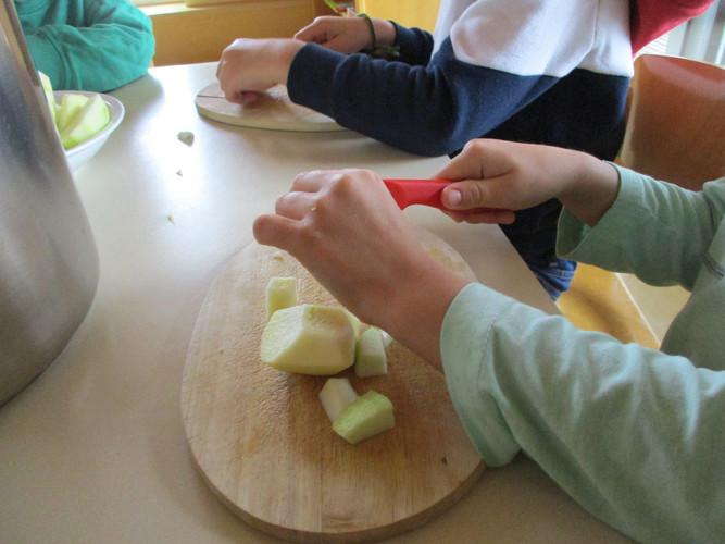 Äpfel_schneiden_für_den_Apfelmus.JPG