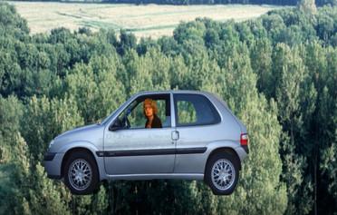 Kim in haar vliegende auto