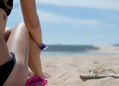 Na plaži brez maske, a na dovoljšnji medsebojni razdalji