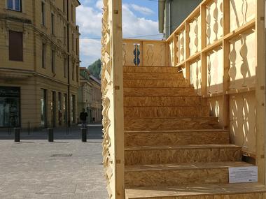 Povežimo se s svojim mestom ali tiste lesene stopnice pred Metropolom ...