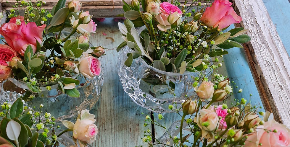 Tischdeko  mit sechs Blumen Arrangement und Kerze