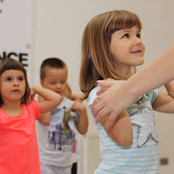 дети красиво танцуют