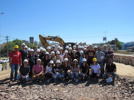 Alunos de Engenharia Civil da URI Santo Ângelo visitam obras da Travessia Urbana