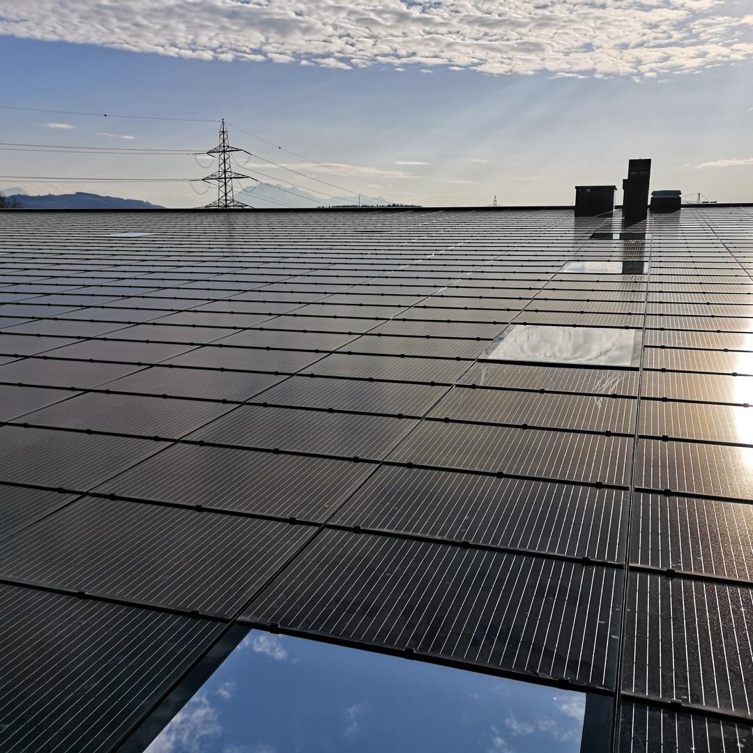 Sonnenschutzfolie Skylite Silver 20 XTRM  Hitzereduktion:  83.0% Blendreduktion: 83.0% UV- Reduktion:  99.9%  Die Silver Skylite 20 XTRM ist eine neue Generation von Sonnenschutzfolien für den Aussenbereich mit langer Lebensdauer. Die aussergewöhnliche Haltbarkeit sorgt für eine Langfristige energieeffiziente Leistung. Sie lehnt überschüssige Sonneneinstrahlung ab und reduzieren so den Wärmestau durch die Verglasung. Die Folien sind besonders energieeffizient bei Isolierglas. Sie leitet Sonnenenergie an der Aussenscheibe ab und hält die Innenscheibe kühl.  Diese Hochleistungs- Sonnenschutzfolie wurde speziell entwickelt für Schräg- und Horizontalglasdächer und für Dachfenster.